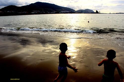 Niños jugando con las olas al atardecer, ayer Ereaga GETXO