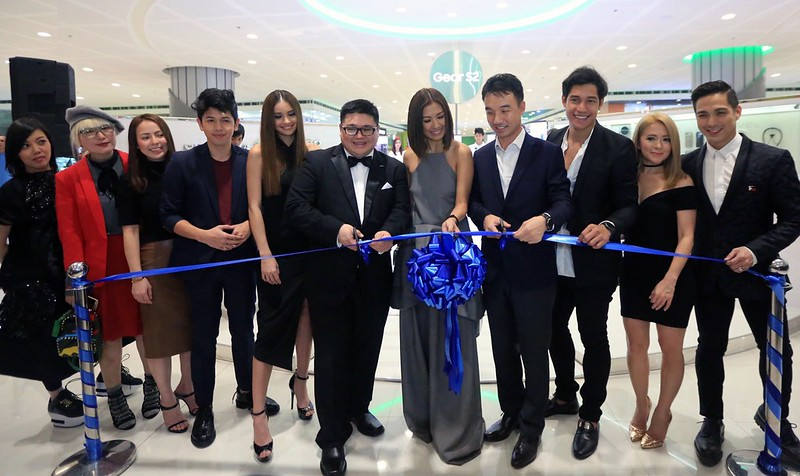 Samsung Gear S2 influencers officially open the Galaxy Studio booth located in SM MOA Cyberzone (1)