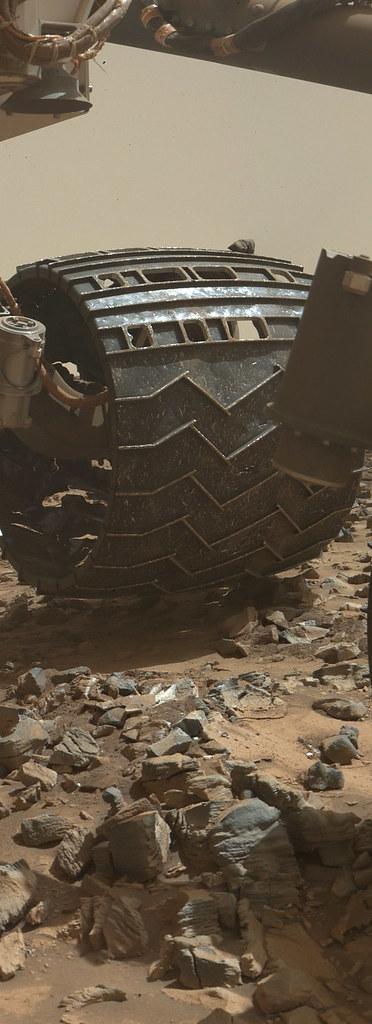 Curiosity MAHLI sol 1065 wheel det