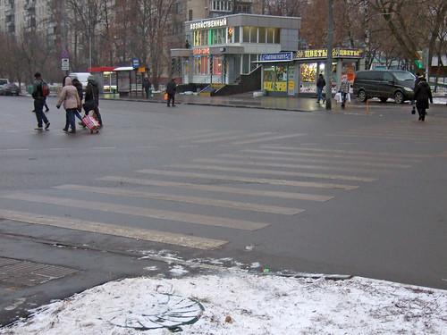 Двух детей и женщину сбил водитель легкового автомобиля на пешеходном переходе