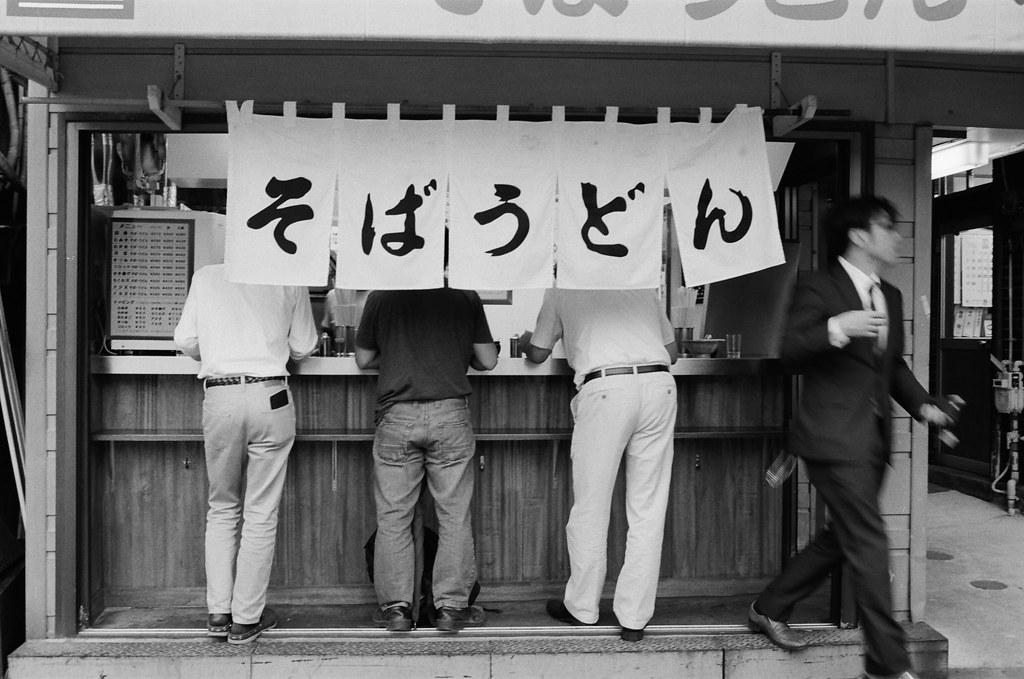 中野駅 東京 Tokyo 2015/10/05 這一天下雨,在那前幾天因為要去吉祥寺而經過中野駅,但卻忘記這附近有幾間有名的二手相機店,所以又跑來一遍。離開的時候在車站對面看到一間立食的麵店,我就退後面一點拍下這張。回來查詢一下中野駅發現還滿多人拍過這家店、這畫面!  Nikon FM2 Nikon AI AF Nikkor 35mm F/2D Kodak TRI-X 400 / 400TX 1275-0005 Photo by Toomore