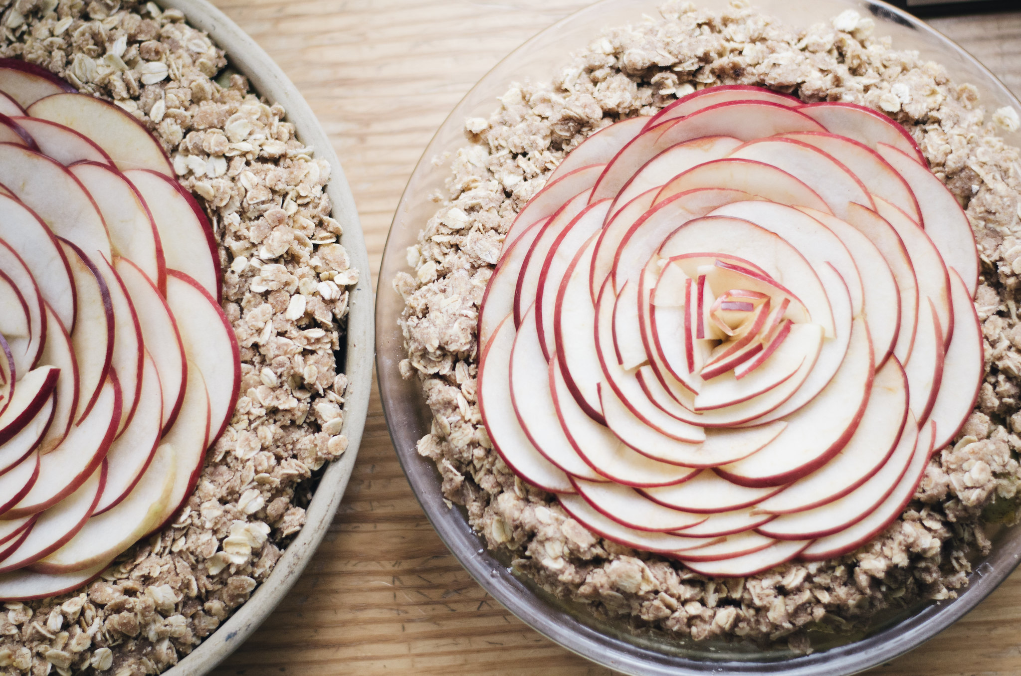 Wow everyone at your holiday table with this surprisingly simple apple crisp recipe with an apple rose! juliettelaura.blogspot.com