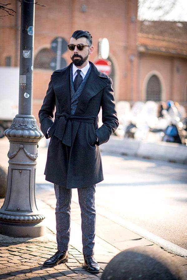 黒ガウントレンチコート×グレーストライプダブルスーツ×白シャツ×黒ソリッドタイ×黒カントリーブーツ
