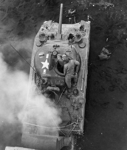 Bog czołg M4 Sherman wisi w błocie na plaży inwazji Normandii