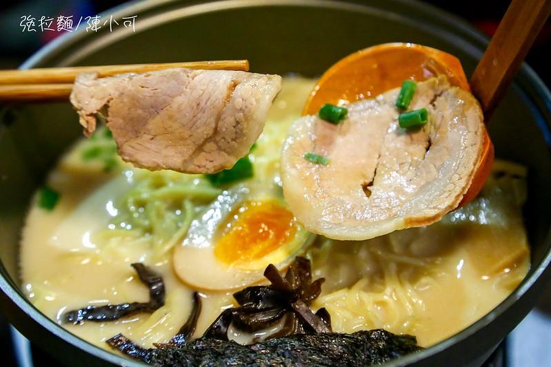 強拉麵拉麵裡面除了必備的拉麵跟叉燒,還有糖心蛋、海苔絲、筍乾、蔥花等配料。