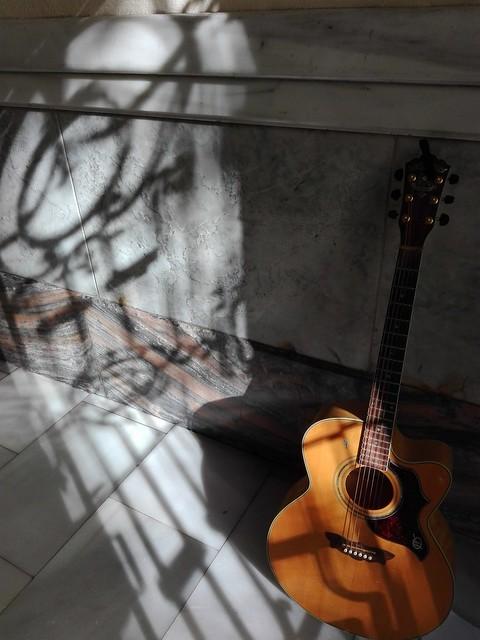 Guitarra en la entrada