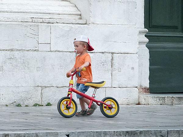 petit gars devant SAn Michele in Foro