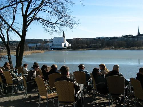 人們在城市中心的湖畔邊享受天光