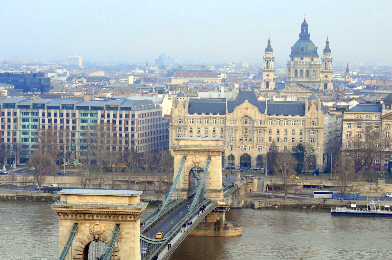 Qué ver en Budapest en un fin de semana: Puente de las cadenas en Budapest desde la colina del Castillo en Buda budapest en un fin de semana - 21235460549 4d903a9cb7 o - Qué ver en Budapest en un fin de semana