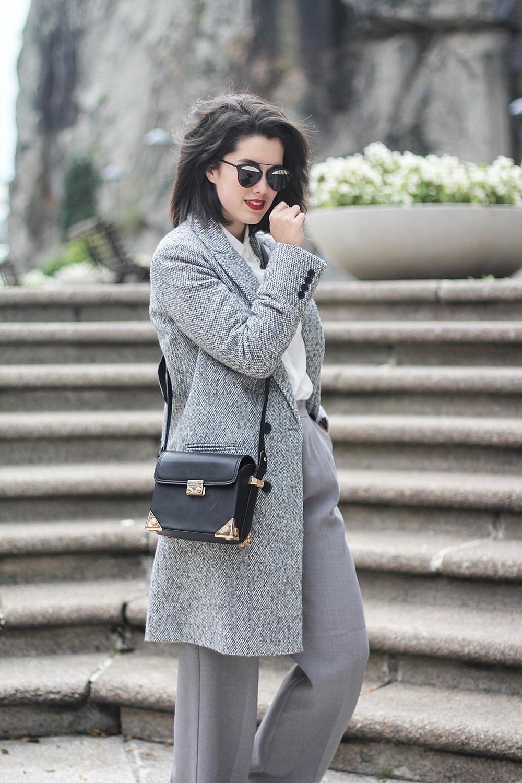 abrigo gris y pantalones de traje con deportivas myblueberrynights x la redoute