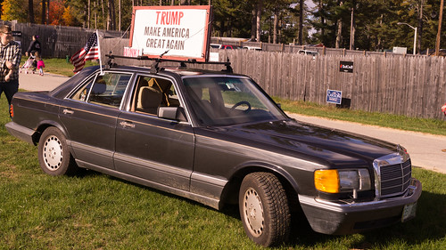 TRUMP MAKE AMERICA GREAT AGAIN (Trump supporter car)