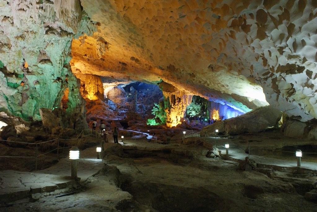 > Rendez-vous avec la magie de l'intérieur de la terre dans la baie d'Halong au Vietnam.