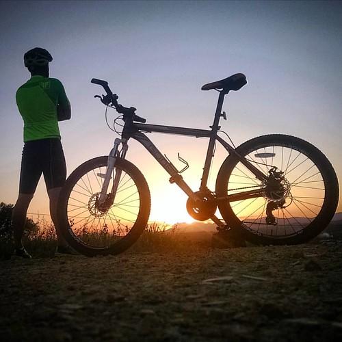 Sol, no infinito só tu não é nada, sua quinta grandeza é escuridão  para esse universo. #itabuna #pordosol #sunsent #sun #sol #bike #brasil #freeforce #sport #ocaso