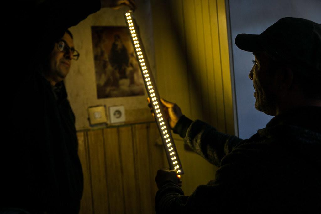 Károly Daróczi Gáborral a LED-sort ellenőrzi közvetlenül a napelemre kötve az akku és a töltésvezérlő beszerelése során | Fotó: Magócsi Márton