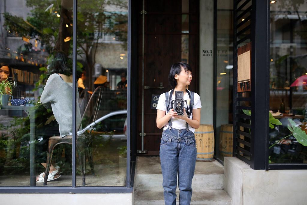 民生工寓 台北 Taipei 2015/11/21 在民生工寓前開始今天的拍攝,我請妹妹拿著 120 的相機,裡面有裝底片,妹妹其實也會攝影,所以就請她真的拍 120 照片,而我從旁邊側拍!  今天早上有下雨,讓柏油路面變得更黑一點。吊帶褲、白色上衣剛好可以對比出妹妹!  Canon 6D Sigma 35mm F1.4 DG HSM Art IMG_9377 Photo by Toomore