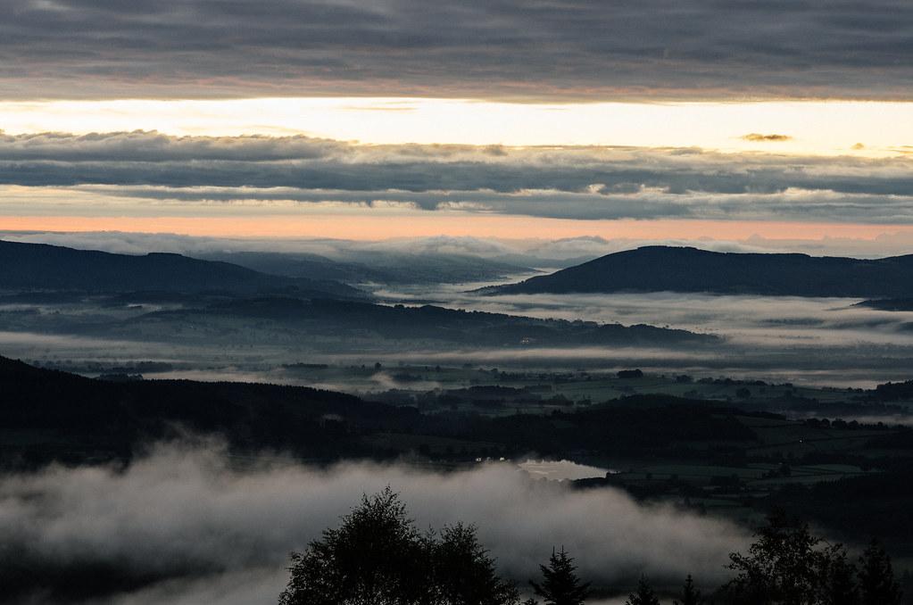 Lever de soleil depuis le Mont Beuvray sur la vallée du Rhône