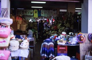 Image of Straw Market near Nassau. dia analogfilm scan 1980s slide 1980er diapositivfilm kleinbild kbfilm analog 35mm canoscan8800f 1988 contax137md bahamas nassau insel newprovidence amerika westindischeinseln karibik mittelamerika stadt strase bauwerk profanbau menschen leute strawmarket strohmarkt downtownnassau thebahamas nordamerika arbeit gebäude