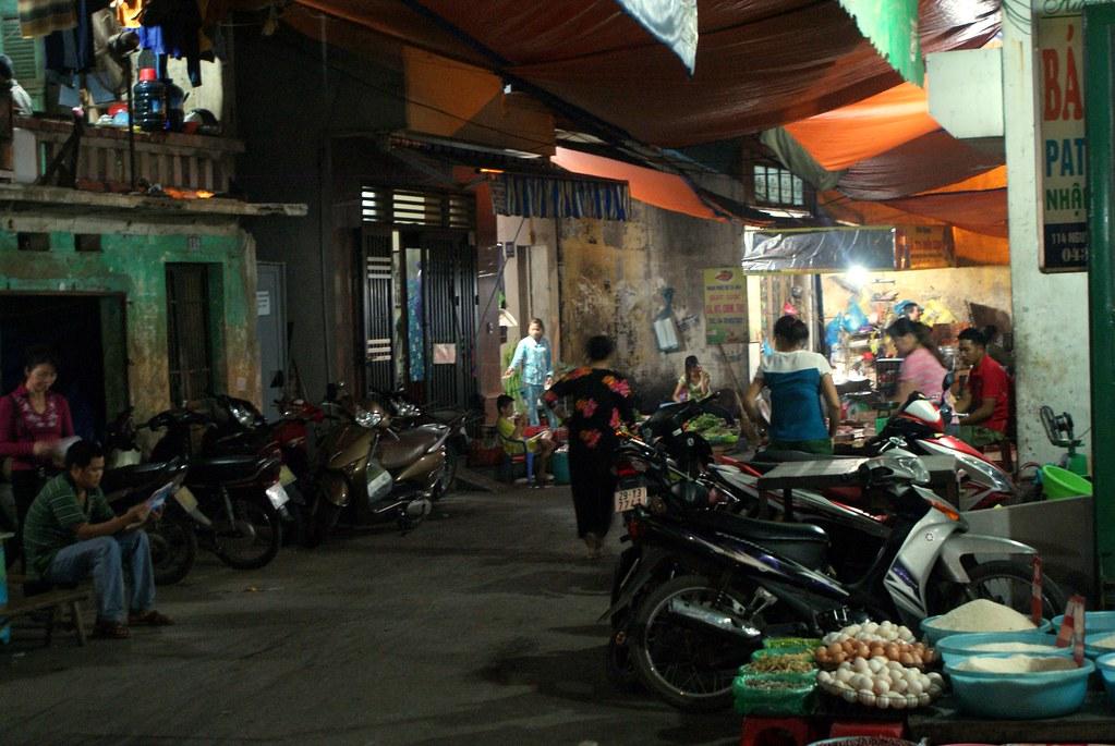 Scène de rue dans le quartier du Fleuve à Hanoi.