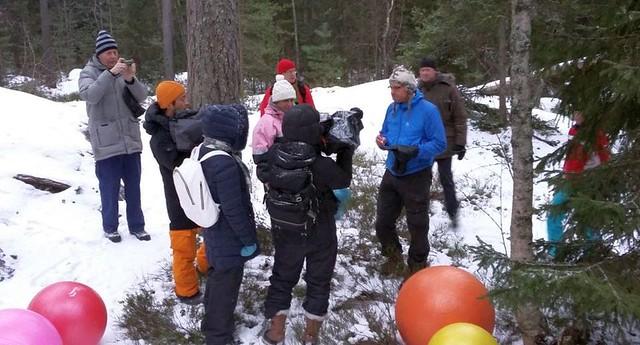 Japanilaiset haastattelevat jumppapallogolfin keksijää (kuva Minna Airaksinen)