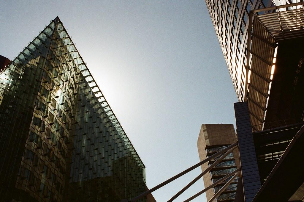 六本木之丘 Tokyo, Japan / Kodak ColorPlus / Nikon FM2 六本木之丘,從新國立美術館往南走,這裡有個大蜘蛛。  那時候一直抬頭看著玻璃帷幕,找一個反射到很刺眼的光芒,想要看看這樣刺眼的陽光在底片上會是怎樣的表現。  拍這個有個很麻煩的狀況,就是對焦時眼睛會很痛!  Nikon FM2 Nikon AI AF Nikkor 35mm F/2D Kodak ColorPlus ISO200 0999-0018 2015-10-03 Photo by Toomore