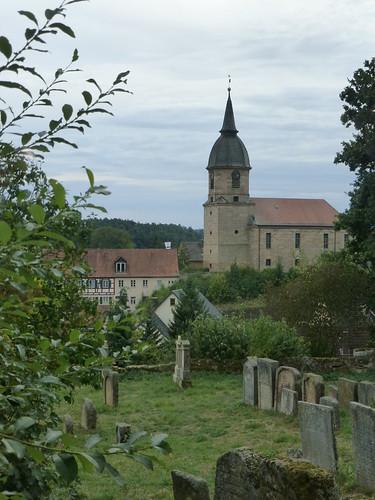 Blick aus dem Taharahaus (Totenwaschhaus) über den jüdischen Friedhof auf die evangelische Kirche St. Georg