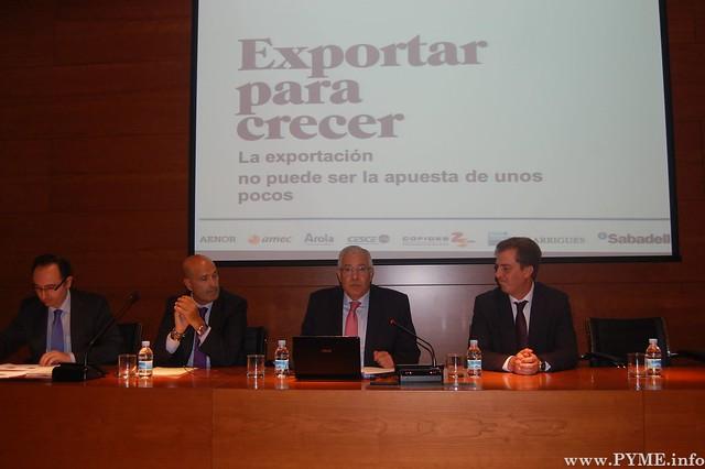 El vicepresidente de la Cámara de Comercio, José Luis Martín Aguado presenta la jornada 'Exportar para crecer' celebrada en la institución cameral con la colaboración del Banco Sabadell.