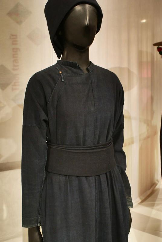 Tunique en coton sobre et élégante au musée de la femme d'Hanoi.