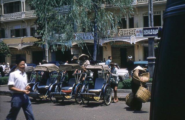 SAIGON 1950s - Roadside w/ rickshaw, Stores - Dãy phố phía trước chợ Bình Tây