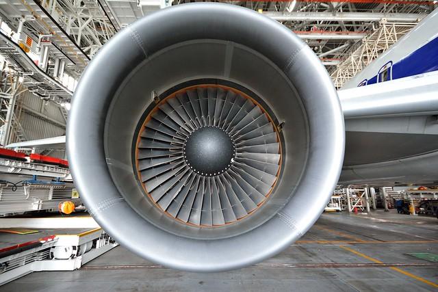 ボーイング機のエンジンを正面から見た写真