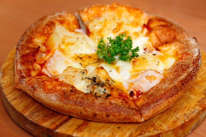 Hawaiian-Chicken-Pretzel-Pizza