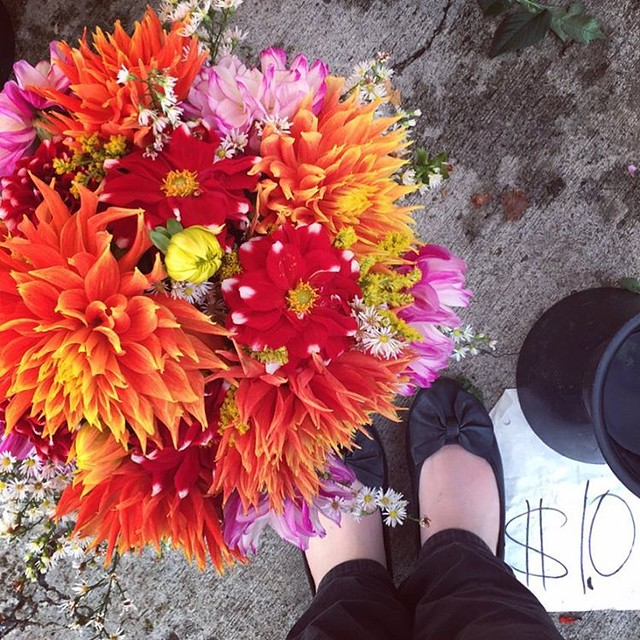 #tbt to the gorgeous bouquets I found at a random gas station with @mcgeeandme in Seattle. Grateful for the short, but awesome visit. #taralovesadventure