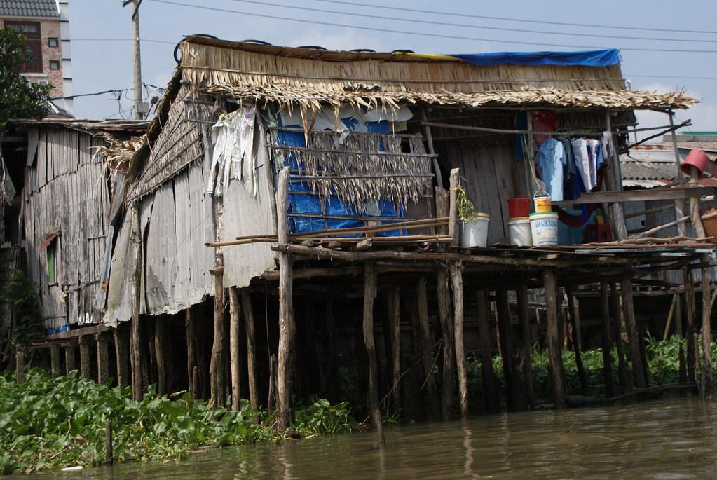 """Les maisons brinquebalantes au dessus du Mekong offre un """"spectacle"""" terrible et fascinant."""