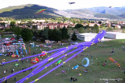 1015 2012 aquiloni festivalaquiloni foligno fotoaerea oneskyoneworld people presone foto allaperto umbria italy verde aereoportodifoligno kites