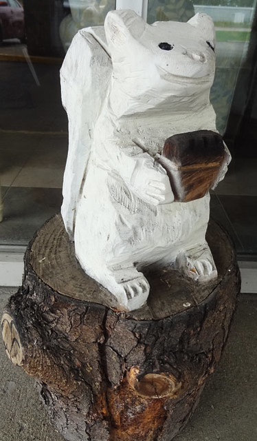 white-squirrel-carving