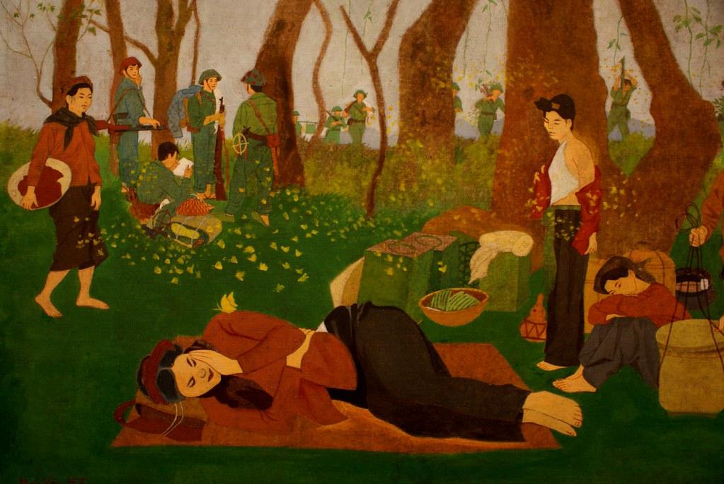 Déjeuner dans l'herbe avec des kalachnikovs au musée des Beaux Arts d'Hanoi au Vietnam.