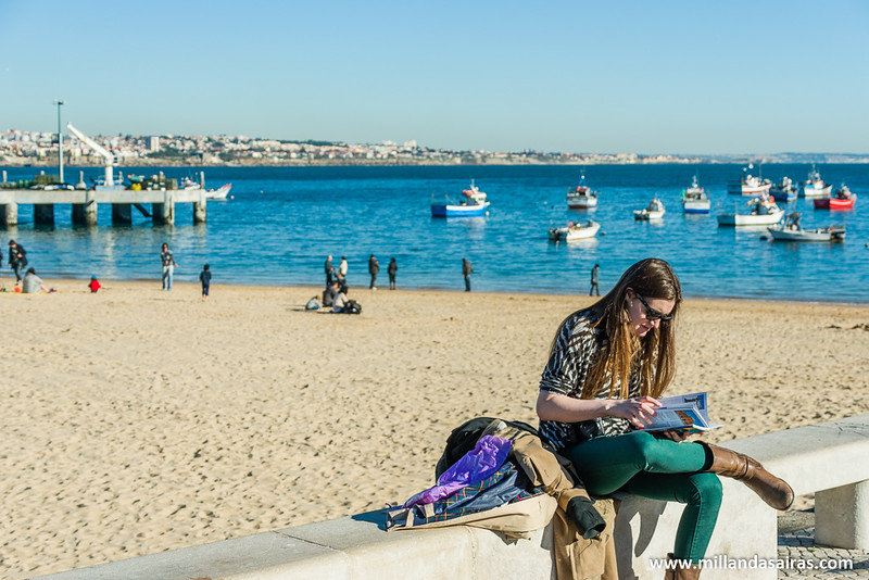 Un poco de lectura con la playa Da Ribeira al fondo