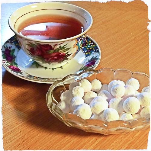 Tea break with Russian berry sugar candy ロシアのツルコケモモ砂糖菓子でティータイム