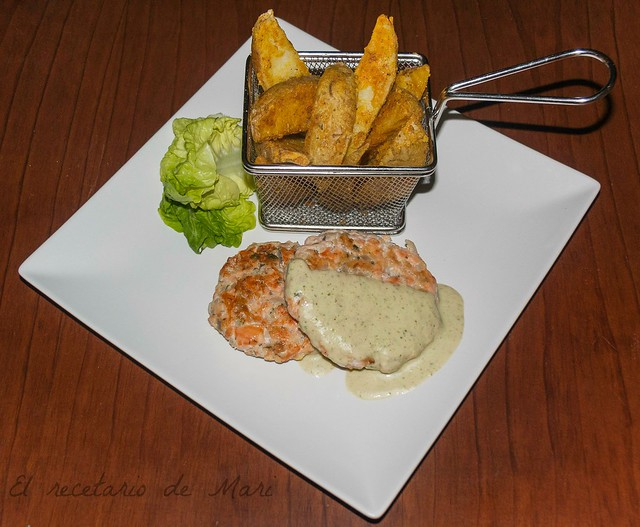 Hamburguesas de salmón con papas deluxe