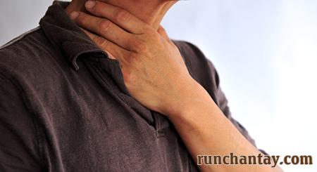 Khó nuốt là biến chứng tương đối nghiêm trọng gặp ở khoảng 50% người bệnh Parkinson