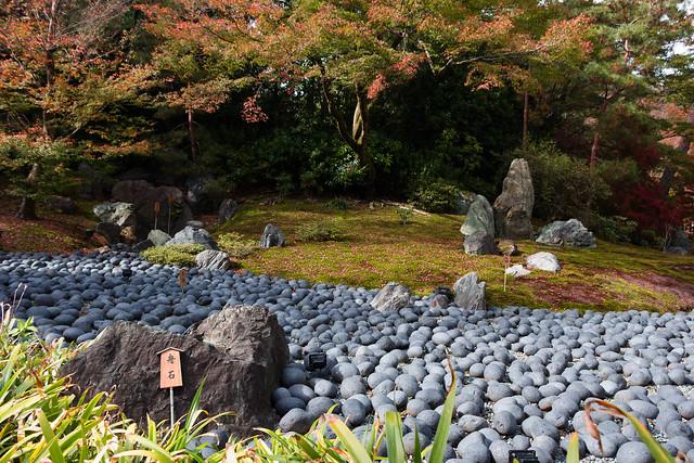 宝厳院の獅子吼の庭の苦海と舟石