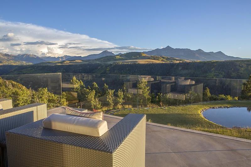 Терраса дома Sunset Ridge с видом на горы Колорадо