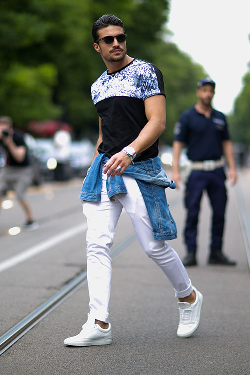 黒Tシャツ×ホワイトパンツ×Filling Piecesの白スニーカー