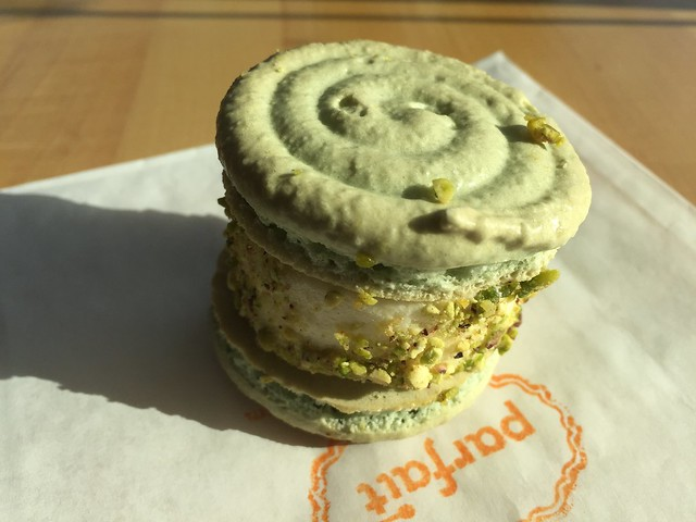 Lemon pistachio ice cream macaron - Parfait Ice Cream