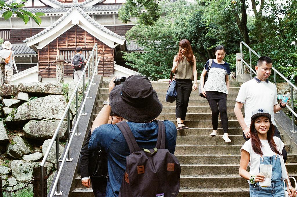 広島城 Hiroshima 2015/09/01 其實我在拍走下來的那個女生,一直覺得她很面熟,但是誰想不起來 ...  Nikon FM2 / 50mm Kodak UltraMax ISO400 Photo by Toomore