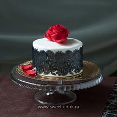 Роза на торте