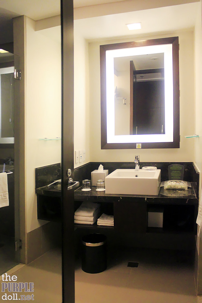 Holiday Inn & Suites Makati Deluxe Bathroom