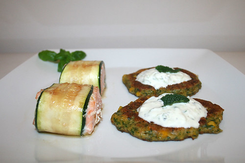 53 - Zucchini coated salmon with polenta corn pankcakes & mint tzatziki - Side view 2 / Lachs im Zucchinimantel mit Polenta-Mais-Talern & Minz-Tzatziki - Seitenansicht 2