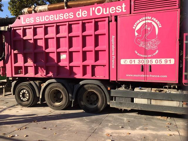 Paris, Amusant: lire le nom de la société sur le camion !