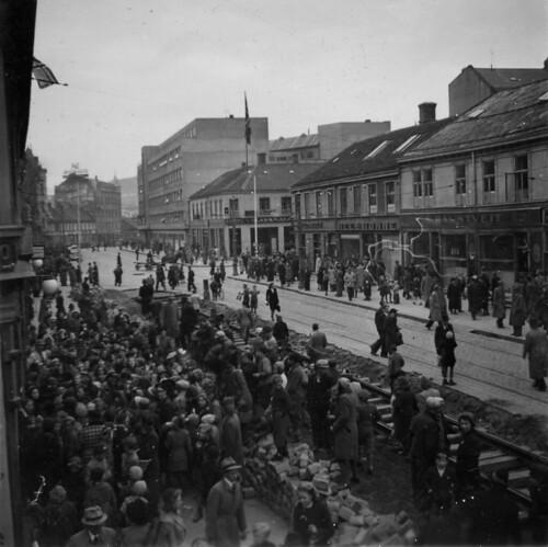 Jernbane og folkemengde i Olav Tryggvasons gate (1945)