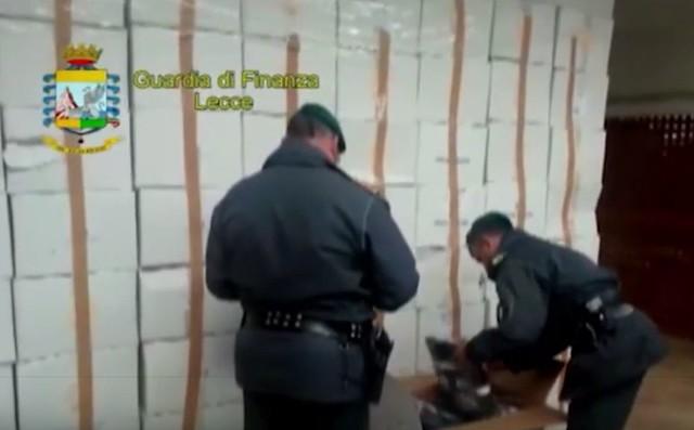 Casamassima-Maxi sequestro di articoli contraffati al Baricentro (8)